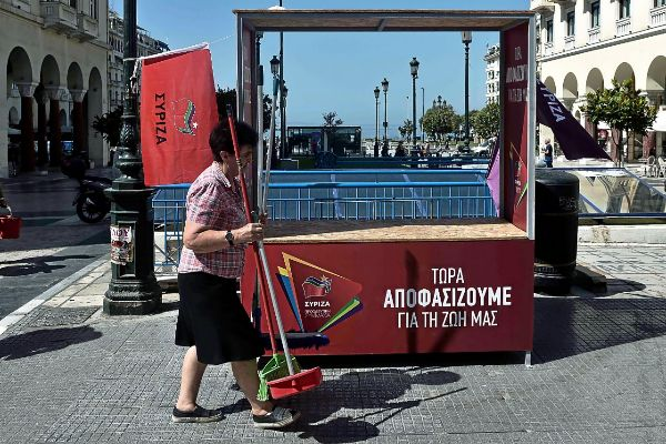 Una mujer camina frente a un kiosko electoral del partido Syriza en Tesalónica.
