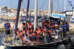 El barco de la ONG Mediterranea atraca en Lampedusa con 41 migranets a bordo.