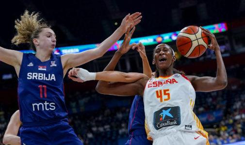 Astou Ndour lucha por el rebote con las jugadoras serbias, en Belgrado.