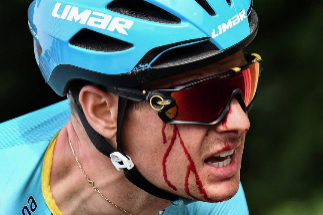 Brussels (Belgium), 06/07/2019.- Danish rider Jakob <HIT>Fuglsang</HIT> rides as he bleeds after a fall in the first stage of the 106th edition of the Tour de France cycling race between Brussels and Brussels, Belgium, on July 6, 2019. (Ciclismo, Bélgica, Francia, Bruselas) EFE/EPA/JEFF PACHOUD / POOL MAXPPP OUT