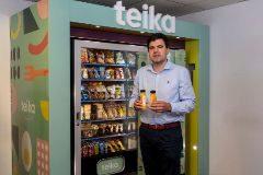 El director gerente de Teika, Nicolás Barber, junto a una de sus máquinas con su nuevo producto, zumos 100% naturales, en la mano.