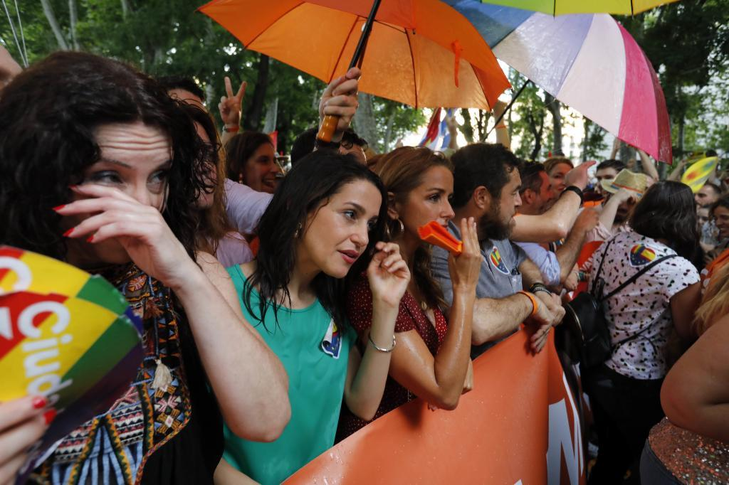 Inés Arrimadas junto a otros miembros de Ciudadanos, en la manifestación del Orgullo en Madrid.