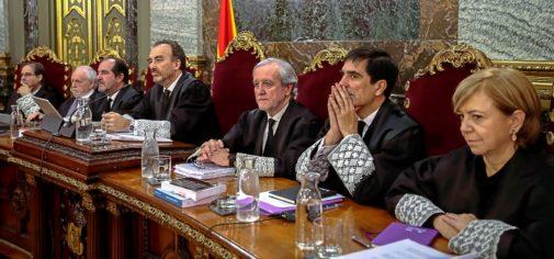 El tribunal del 1-O, durante el juicio en el Supremo:  Andrés Palomo (izda.), Luciano Varela, Andrés Martínez Arrieta, Manuel Marchena (presidente), Juan Ramón Berdugo, Antonio Del Moral y Ana Ferrer.