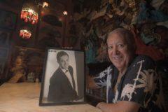 José Luis Junquera posa con una fotografía de su juventud, cuando era conocido como el nombre artístico de 'Lorca'.