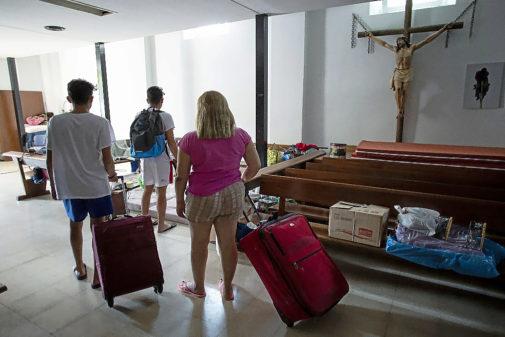 Teresa y sus hijos, con las maletas en la parroquia donde han encontrado abrigo.