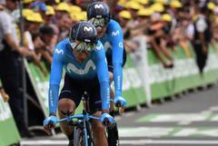 Nairo Quintana (izda.) cruza la meta en la crono por equipos del Tour.