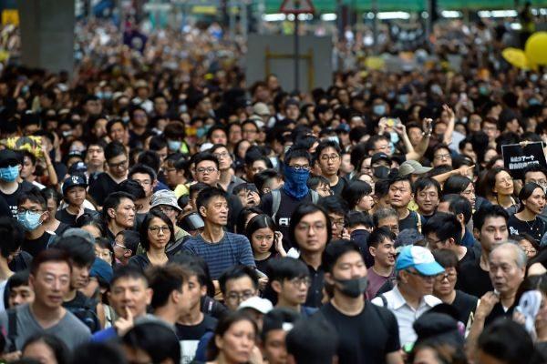 Manifestantes en las inmediaciones de la estación de tren de West Kowloon en Hong Kong.