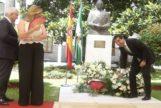 Juan Manuel Moreno deposita flores en el monumento a Blas Infante en el Parlamento en el homenaje de 2016.