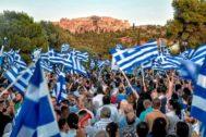 Simpatizantes de Nueva Democracia ondean banderas griegas en Atenas.