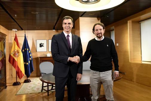 Pedro Sánchez y Pablo Iglesias se saludan al inicio de la reunión...