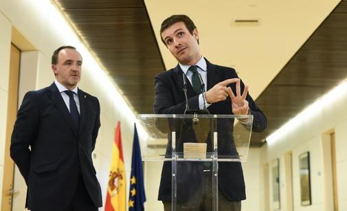Pablo Casado, junto al líder de UPN Javier Esparza, en un acto en el...