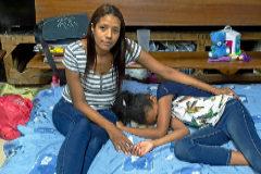 Anginneth Paez y su hija de 10 años, en el colchón de la parroquia donde han estado refugiadas.