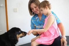 Teresa, de seis años, acaricia a 'Samba'.