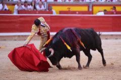 Derechazo de Emilio de Justo al segundo toro de su lote, de La Ventana del Puerto.