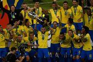 Alves, con el trofeo de la Copa América en Maracaná.