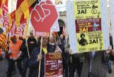 Funcionarios catalanes se manifiestan para exigir a la Generalitat que les abone las pagas extra que les adeuda.