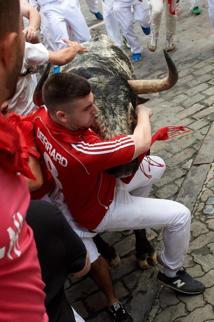 Un toro de la ganadería gaditana de Cebada Gago arrolla a un mozo a...