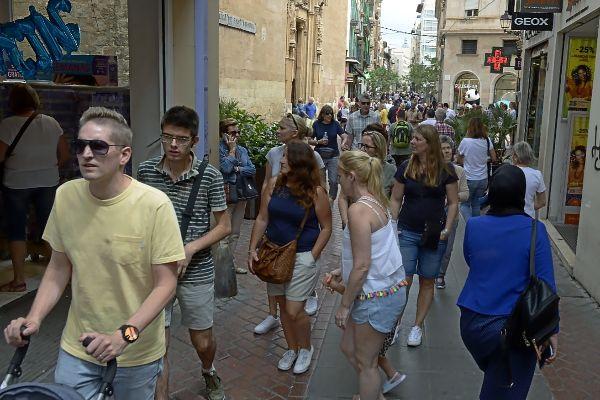 Centenares de turistas paseando por el centro de Palma la semana pasada.