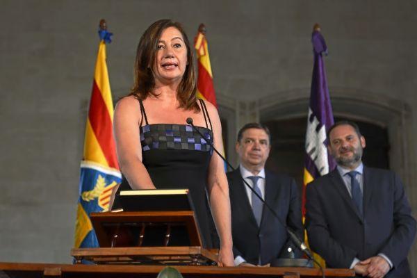 Francina Armengol, durante su toma de posesión como presidenta del Govern ante varios ministros.