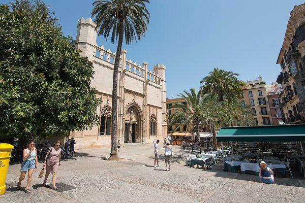 Imagen de la palmesana plaza de La Lonja con el portavoz de Palma Siglo XXI, Jaume Garau, a la derecha.