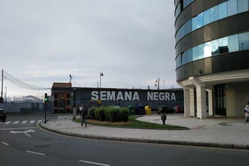 Entrada al recinto donde se celebra la Semana Negra de Gijón.