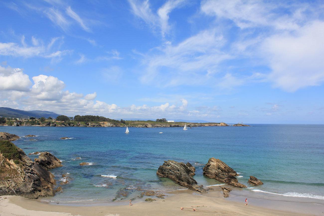 Se dice que es la playa más occidental del Principado aunque este...