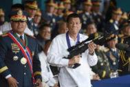 El presidente filipino, Rodrigo Duterte, sujeta un rifle, durante un acto oficial, en una imagen de 2018.