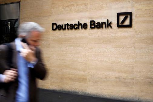 Un hombre camina delante de las oficinas de Deutsche Bank en Londres.