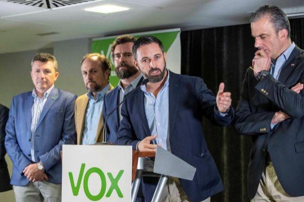 Santiago Abascal, en rueda de prensa, acompañado por Iván Espinosa de los Monteros, Javier Ortega Smith y los diputados de Vox en Murcia.