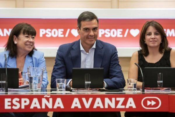 Pedro Sánchez, con Cristina Narbona y Adriana Lastra este lunes en Ferraz.