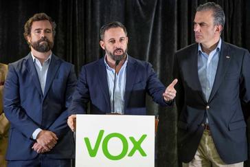 PP y Cs cierran su pacto y Abascal pide a Casado y Rivera una cumbre para apoyarlo