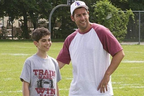 Cameron Boyce con Adam Sandler en una escena de la película 'Niños...
