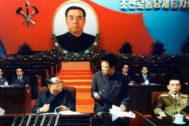 Kim Jong-il, junto a su padre, Kim Il-sung (a la izquierda) en la Convención del Partido Comunista en 1980.