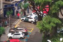 Agentes de la Guardia Civil frente a la entidad bancaria atracada este lunes en El Pla de Burriana.