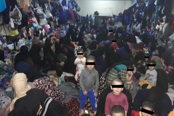 Decenas de niños y sus madres en una celda de una prisión de Mosul, Irak.