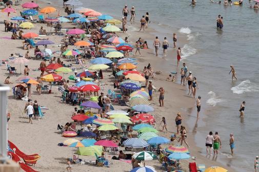 Turistas en una playa de Valencia.