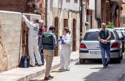 Técnicos de la Guardia Civil trabajan en la parte trasera de la vivienda de Salas de los Infantes (Burgos) donde ha ocurrido el asesinato.