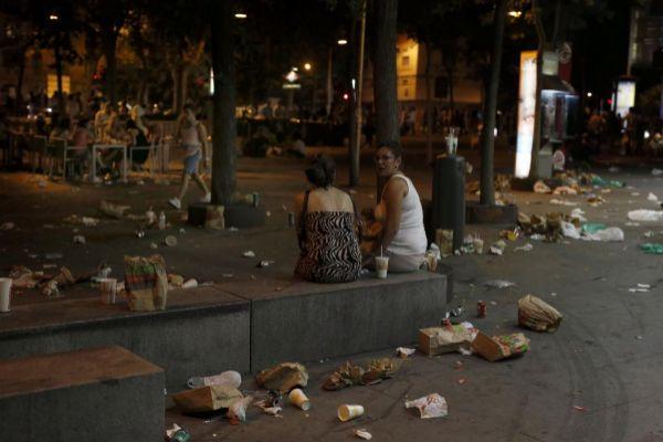 Restos de basura por las calles durante el Día del Orgullo Gay...