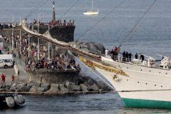 Expectación en el puerto de Getaria a la llegada del 'Juan Sebastián Elcano'
