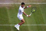 Djokovic ejecuta una dejada ante Umbert