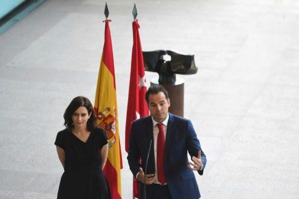 Isabel Díaz Ayuso (PP) e Ignacio Aguado (Cs) tras firmar el acuerdo...