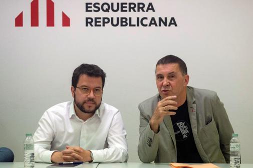 Arnaldo Otegi, junto al dirigente de ERC Pere Aragonés, en una reciente reunión en Barcelona.