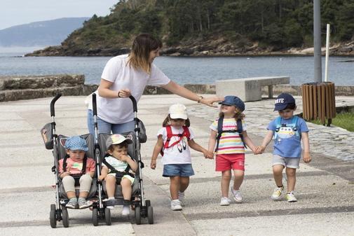 Rocío Alonso, con Naia, Adela, Alex, Anxo y Xoel, en la playa de Ézaro (La Coruña).