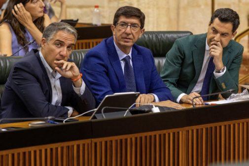 Elías Bendodo, Juan Marín y Juan Manuel Moreno, durante el último pleno en el Parlamento.