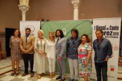 Ana Mestre y Mario González con artistas y colaboradores de la Bienal.