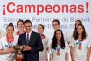 Pedro Sánchez posa con la selección de baloncesto femenino.