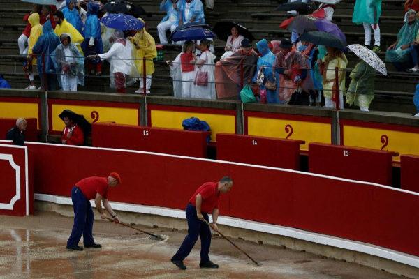 La plaza de toros de Pamplona, impracticable para la corrida de San Fermín.