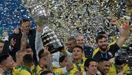 Alves levanta la Copa América conquistada por Brasil.