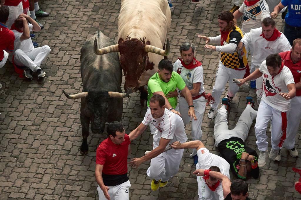 Tras una jornada de fuertes tormentas, que obligaron a suspender la corrida de toros de la tarde de ayer, la lluvia ha respetado la carrera, que, con un menor número de corredores que en días precedentes, ha tenido una duración de dos minutos y trece segundos.