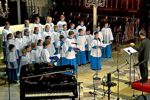 Una actuación de Els Blauets en el monasterio de Lluc.